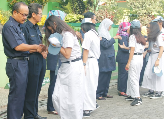 Hari Pertama Masuk Sekolah di awali dengan Halal Bilhalal dengan Kepala Sekolah, Guru dan Karyawan.